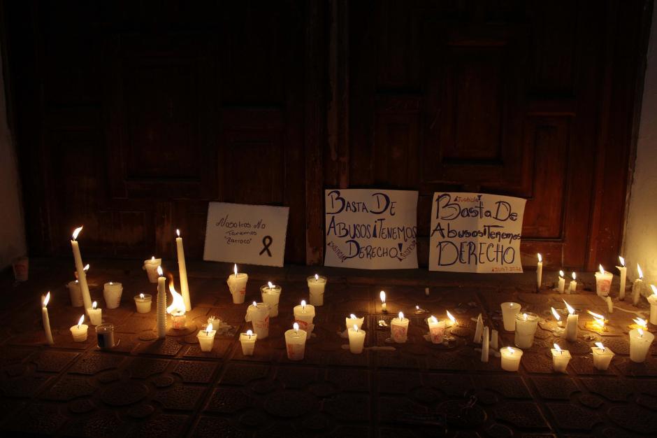 Velas y carteles piden la renuncia del párroco de la iglesia. (Foto: Gustavo Rodas/Nuestro Diario)