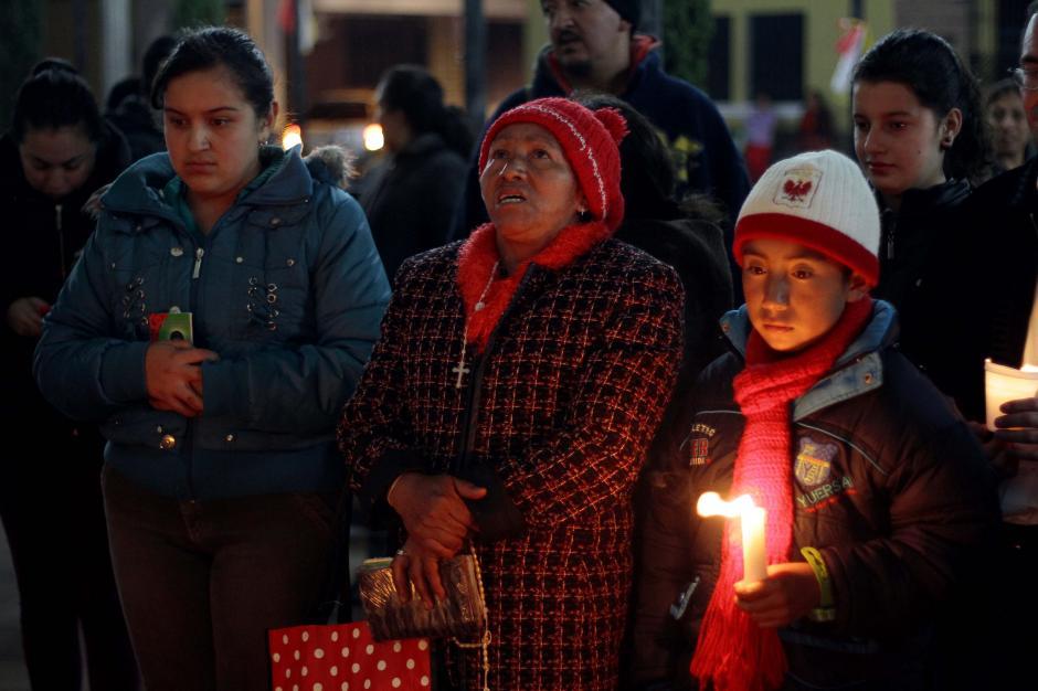 Los feligreses de la parroquia de Salcajá se congregaron frente a la iglesia para pedir la renuncia del párroco. (Foto: Gustavo Rodas/Nuestro Diario)