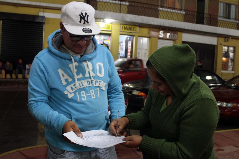 Los vecinos recolectaron firmas para pedir formalmente la renuncia del cura. (Foto: Gustavo Rodas/Nuestro Diario)