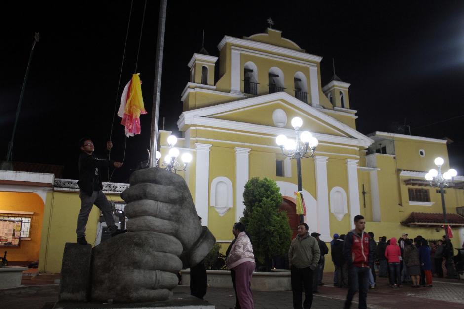 Las personas se congregaron frente a la iglesia de Salcajá. (Foto: Gustavo Rodas/Nuestro Diario)