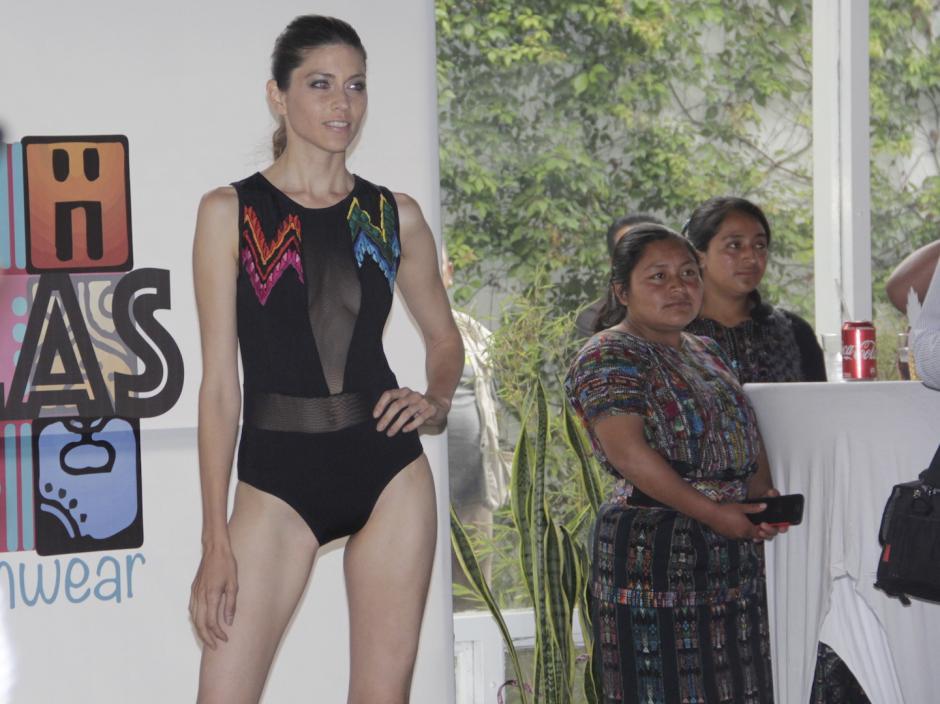 Los trajes combinan poliéster y los tejidos guatemaltecos. (Foto: Fredy Hernández/Soy502)