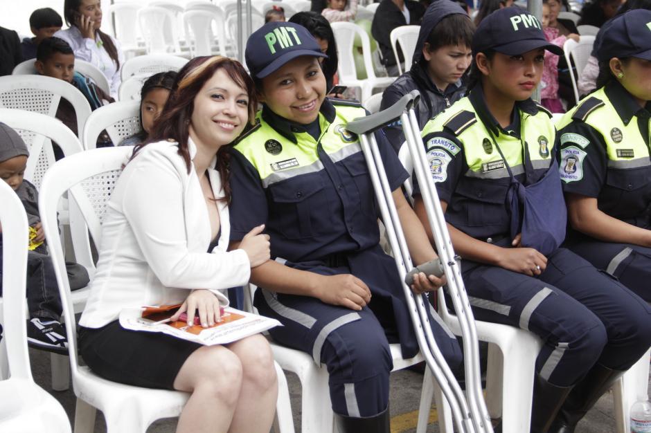 Sus amigas acudieron al acto de graduación en Mixco. (Foto: Fredy Hernández/Soy502)