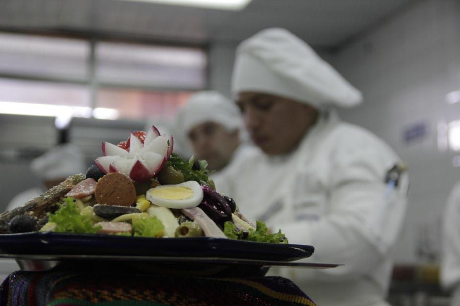 Más de 17 estudiantes se encargarán de elaborar el fiambre para este fin de semana. Llevan cerca de cuatro días preparando los ingredientes.(Foto: Fredy Hernández/Soy502)