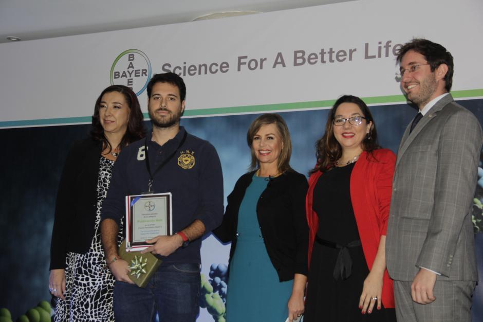 El periodista Roberto Caubilla, de la redacción de Soy502 recibe el reconocimiento del premio periodístico a la Innovación para el Desarrollo. (Foto: Fredy Hernández/Soy502)