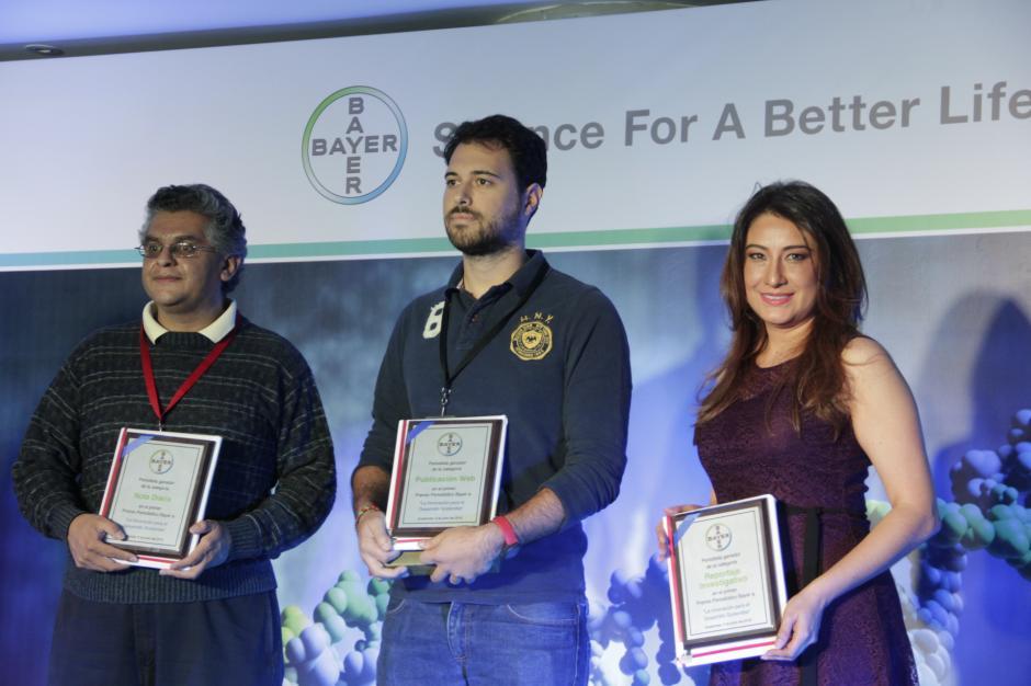 Los periodistas Fernando Quiñonez, Roberto Caubilla y Ligia Herrera fueron reconocidos por sus trabajos informativos en sus respectivos medios de comunicación. (Foto: Fredy Hernández/Soy502)