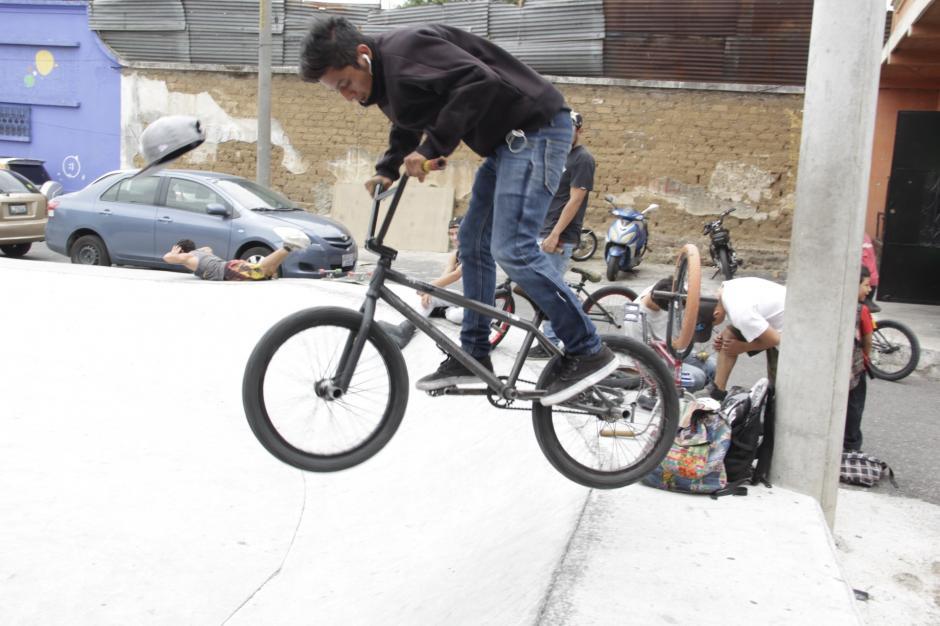 Desde la inauguración del Parque Extremo de la zona 3, varios bikers y skaters llegan para divertirse en este recinto. (Foto: Fredy Hernández/Soy502)