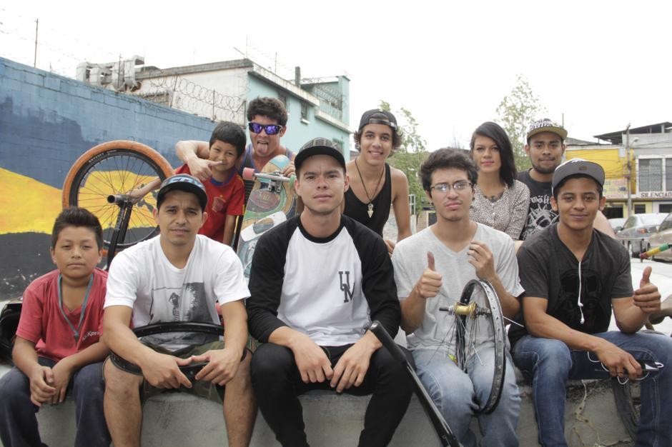 Varios chicos que viven en los alrededores de la zona 3 disfrutan de este nuevo proyecto junto con Omar. (Foto: Fredy Hernández/Soy502)