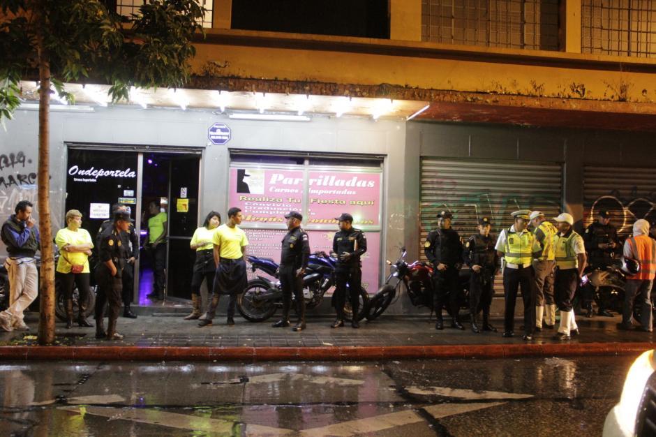 El operativo verifica los negocios y su documentación. En este local, el problema era que tenían motocicletas en el área peatonal, por lo que se ordenó el desalojo de los vehículos de ese sitio. (Foto: Fredy Hernández/Soy502)