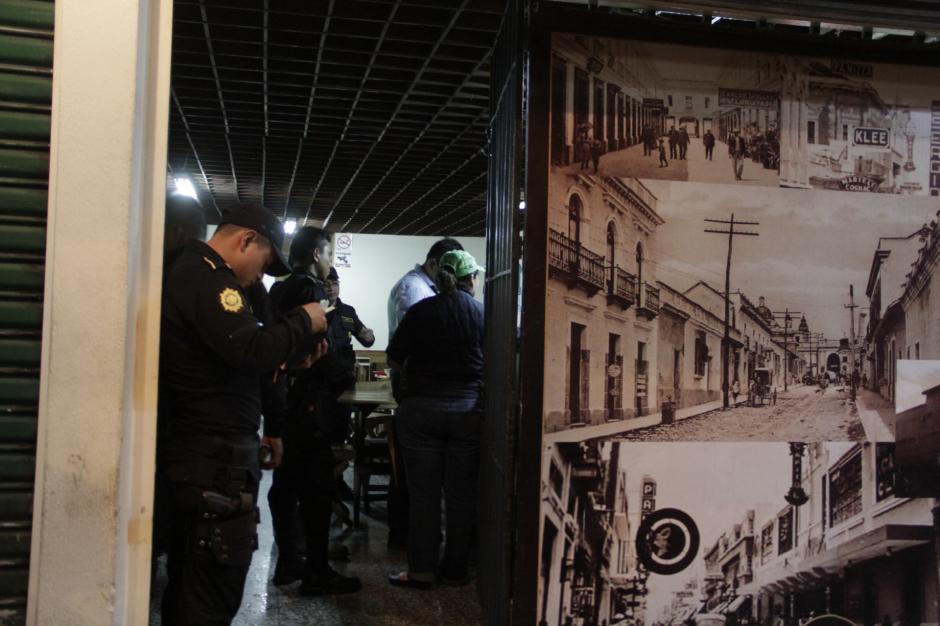 La PNC colabora para mantener el orden en los lugares visitados. (Foto: Fredy Hernández/Soy502)