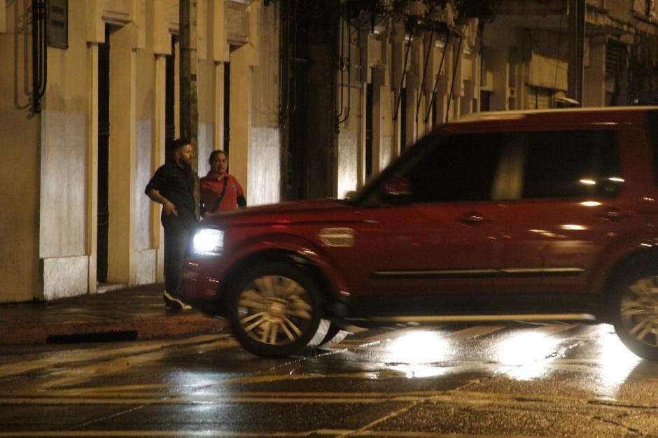 """Varios locales utilizan """"banderas"""", personas que están en las esquinas vigilando los movimientos del operativo. (Foto: Fredy Hernández/Soy502)"""