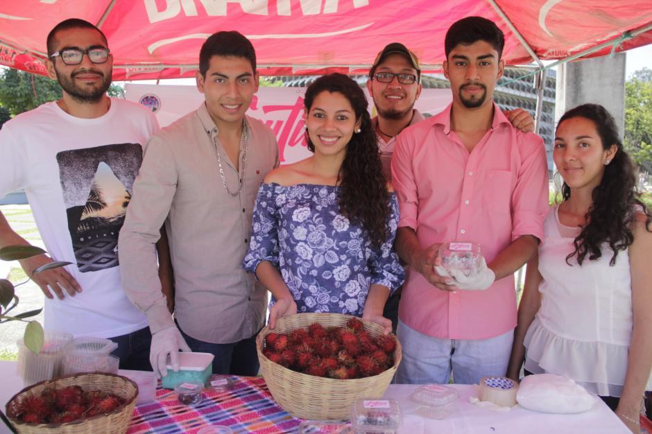 Este grupo de estudiantes innovaron con esta propuesta a base de rambután. (Foto: Fredy Hernández/Soy502)