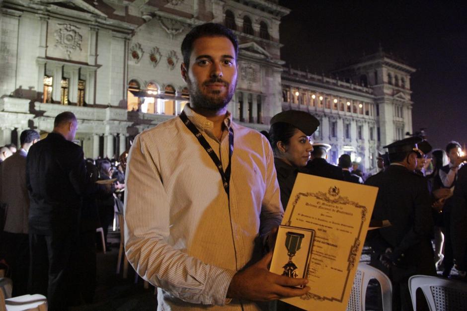 Roberto Caubilla, reportero de Soy502 recibió el reconocimiento que el gobierno entregó a los medios que cubrieron la emergencia de El Cambray II. (Foto: Fredy Hernández/Soy502)