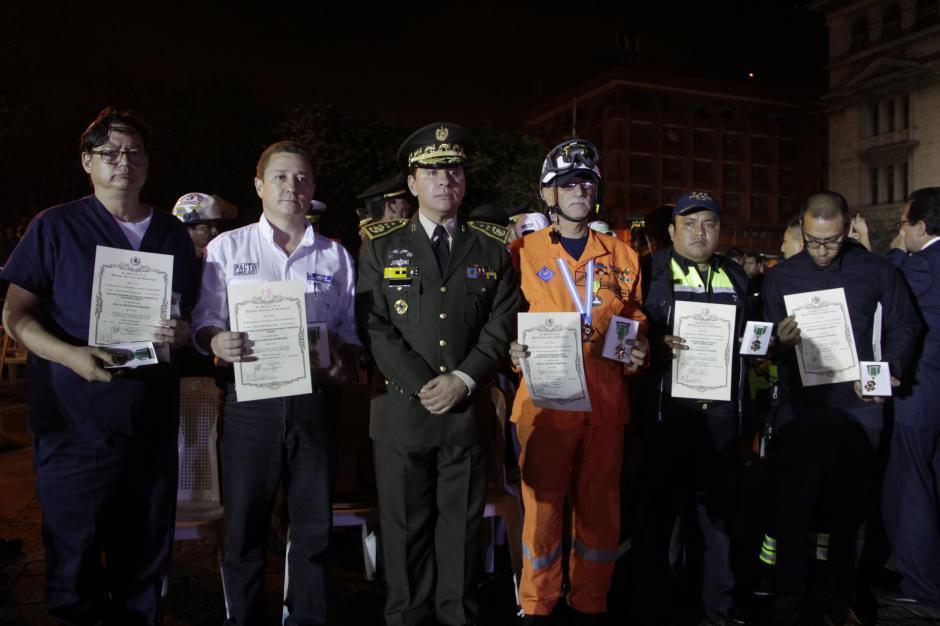 La labor de los cuerpos de socorro y miembros de la Conred durante la emergencia de El Cambray fue reconocida con la Cruz de Servicios Distinguidos.