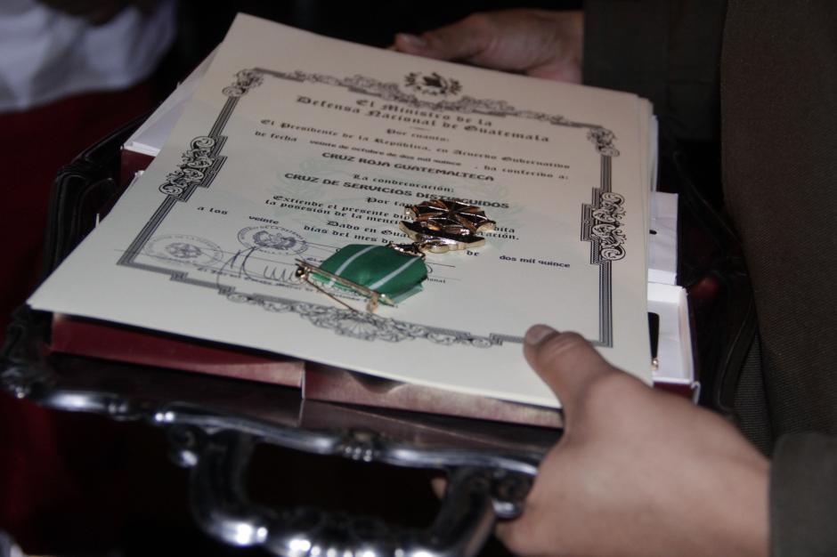 La Cruz de Servicios Distinguidos, es la condecoración que le entregaron a los medios y socorristas que participaron en la emergencia de El Cambray II. (Foto: Fredy Hernández/Soy502)