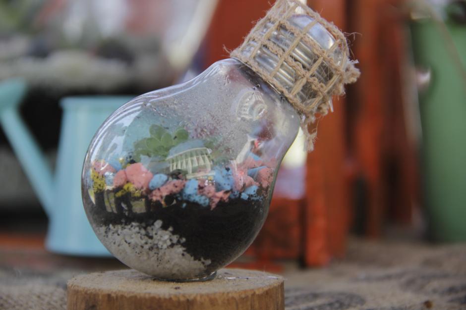 Los mini garden con productos reciclados generaron curiosidad en la feria de emprendimiento. (Foto: Fredy Hernández/Soy502)