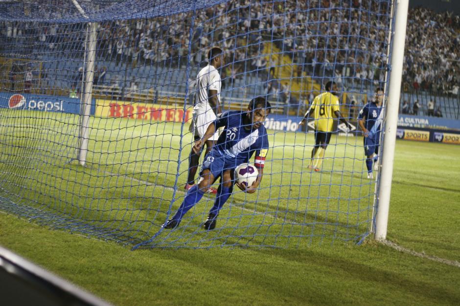 Carlos Ruiz en el minuto 61 abrió el camino del triunfo de Guatemala con un gol de cabeza. (Foto: Pablo Cuevas/Soy502)