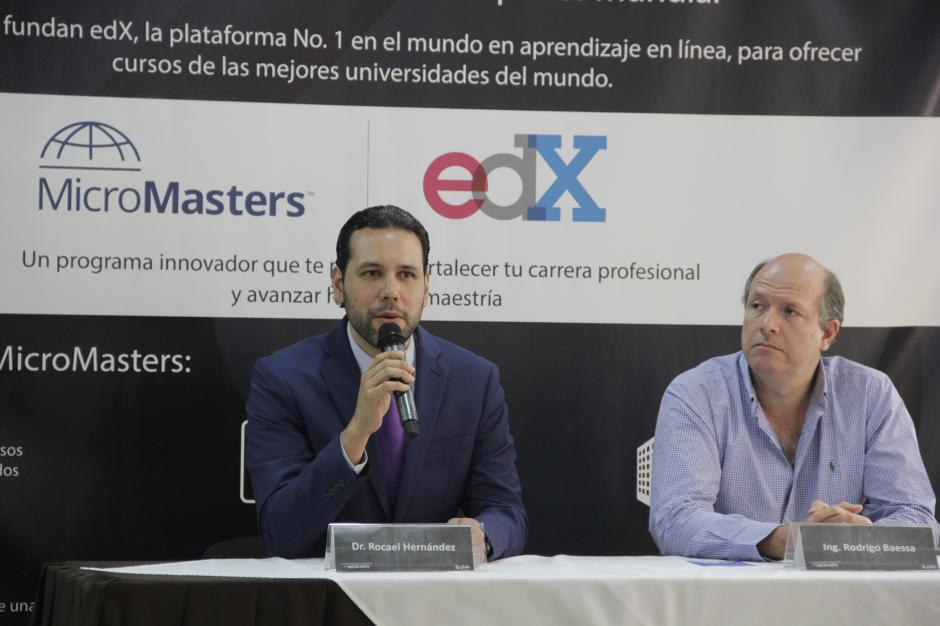 Rocael Hernández, director del GES de la Universidad Galileo explica sobre los beneficios de estos cursos en línea. (Foto: Fredy Hernández/Soy502)