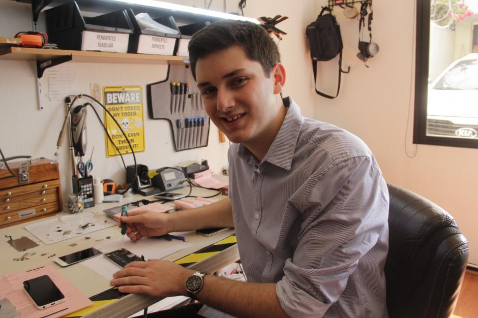 Javier Rivera ha obtenido reconocimiento por su trabajo al reparar celulares. Empezó apenas a los 14 años y ha logrado que su empresa sea una de las más solicitadas para la reparación de dispositivos móviles. (Foto: Fredy Hernández/Soy502)
