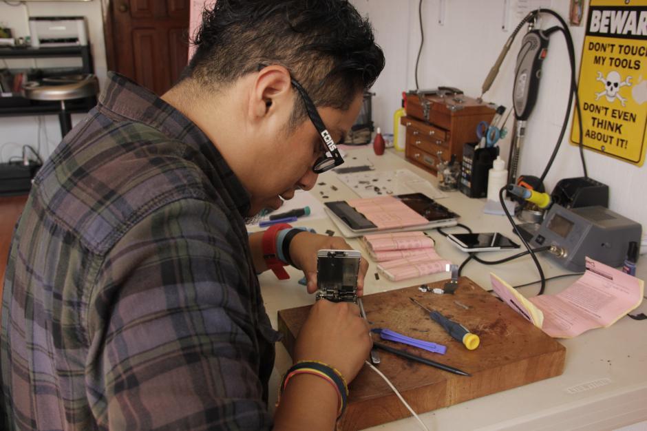 En el taller se pueden observar los distintos dispositivos que deben reparar en iFix.(Foto: Fredy Hernández/Soy502)