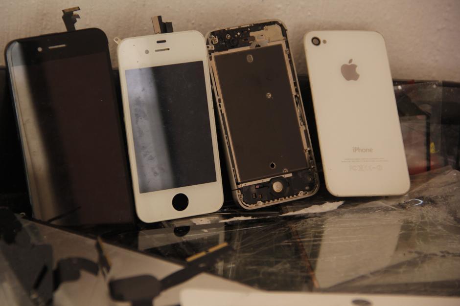 Los iPhone son los dispositivos más comunes que llegan al taller de reparación de iFix. La entrega de los aparatos lo más pronto posible para la satisfacción del cliente.(Foto: Fredy Hernández/Soy502)