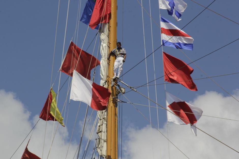 Los marinos llegaron sobre los mástiles del buque a su arribo al puerto guatemalteco.(Foto: Fredy Hernández/Soy502)
