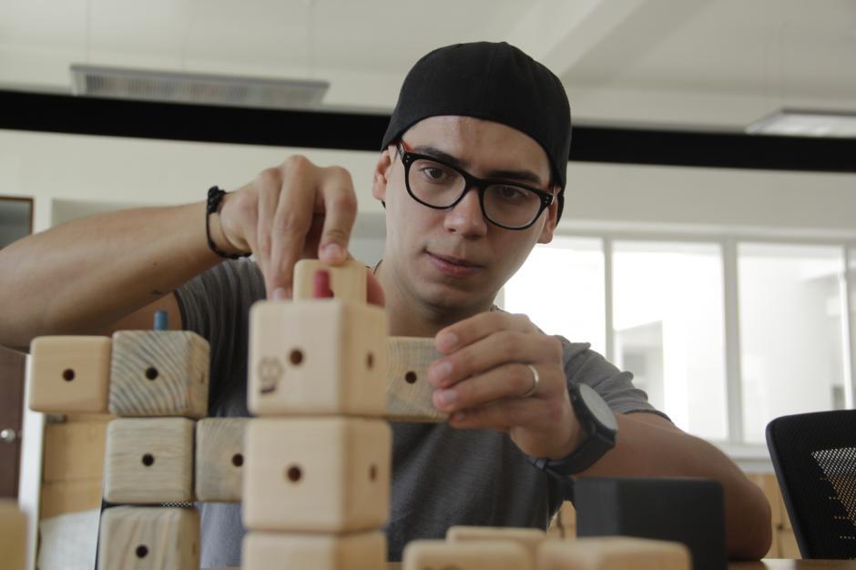 Alberto Osegueda es el emprendedor que busca entretener a chicos y grandes con los Cubocú Toys. (Foto: Fredy Hernández/Soy502)