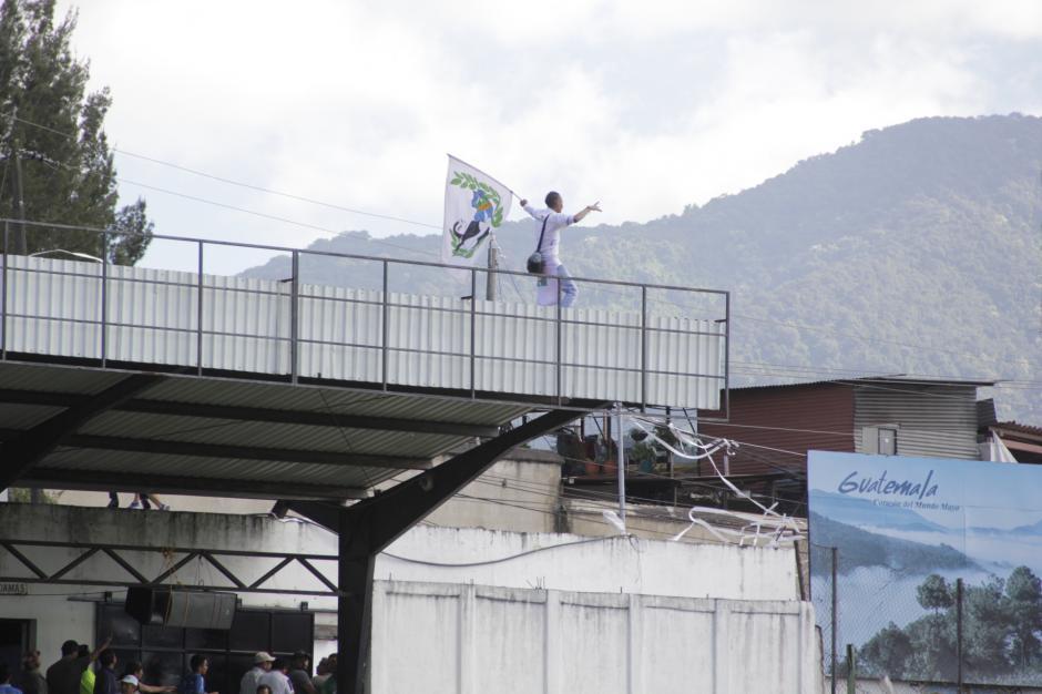 Varios aficionados cremas incitaron a los locales al final del juego. (Foto: Fredy Hernández/Soy502)