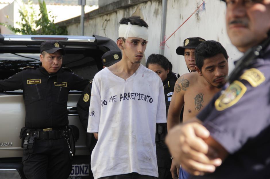 Uno de los buses en los que viajaban los visitantes fue detenido. (Foto: Fredy Hernández/Soy502)