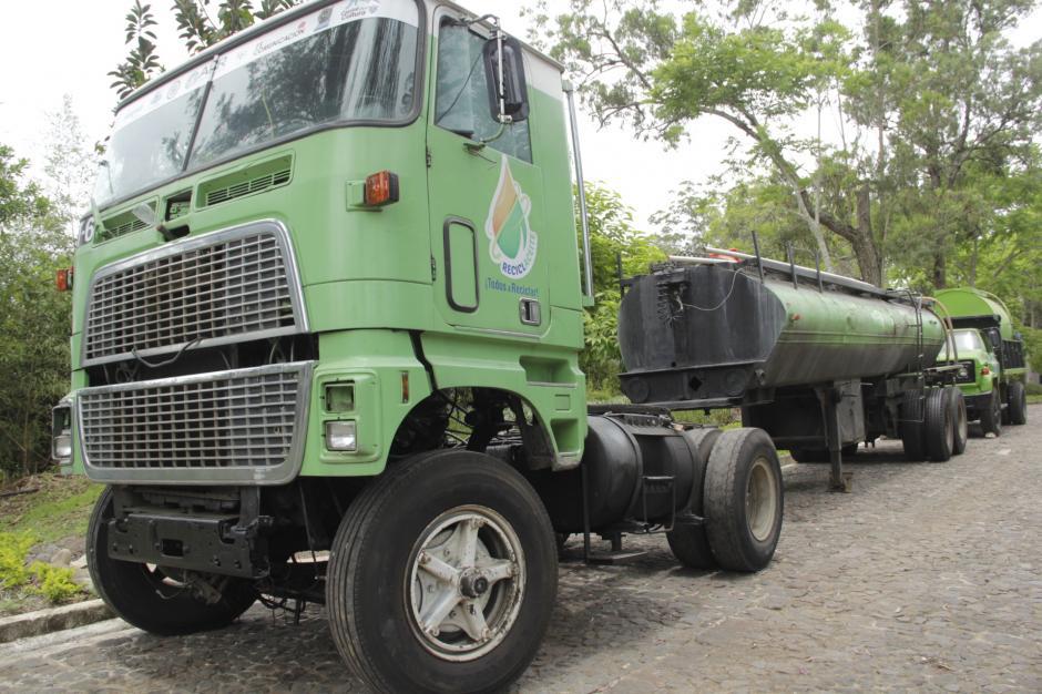 Los vehículos reciclan a diario el líquido en los mercados de la capital. (Foto: Fredy Hernández/Soy502)