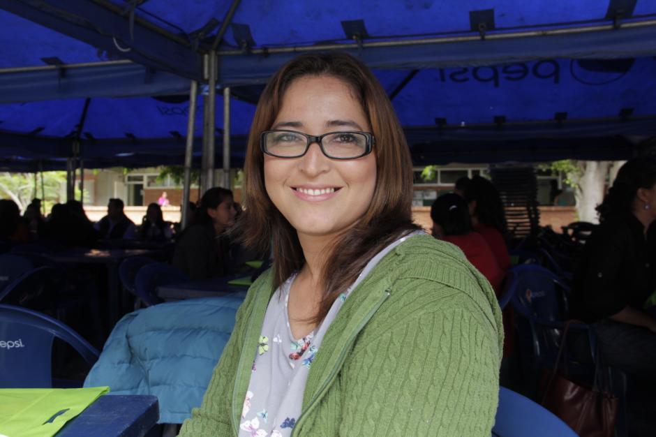 Mirna Torres cuenta que Karencita, una exalumna es una de sus grandes amigas en la escuela donde imparte clases. (Foto: Fredy Hernández/soy502)