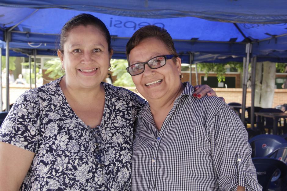 Las maestras Erica y Sheny guardan recuerdos especiales de sus estudiantes. (Foto: Fredy Hernández/soy502)