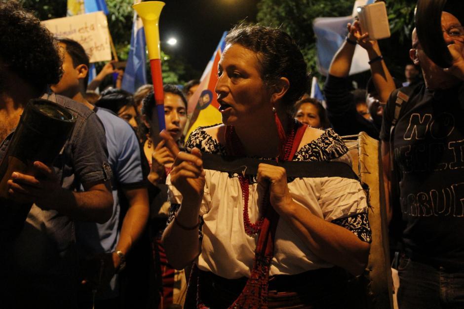 Una dama llevaba un tambor a la espalda mientras se gritaban rechazando al presidente Otto Pérez.(Foto: Fredy Hernández/Soy502)