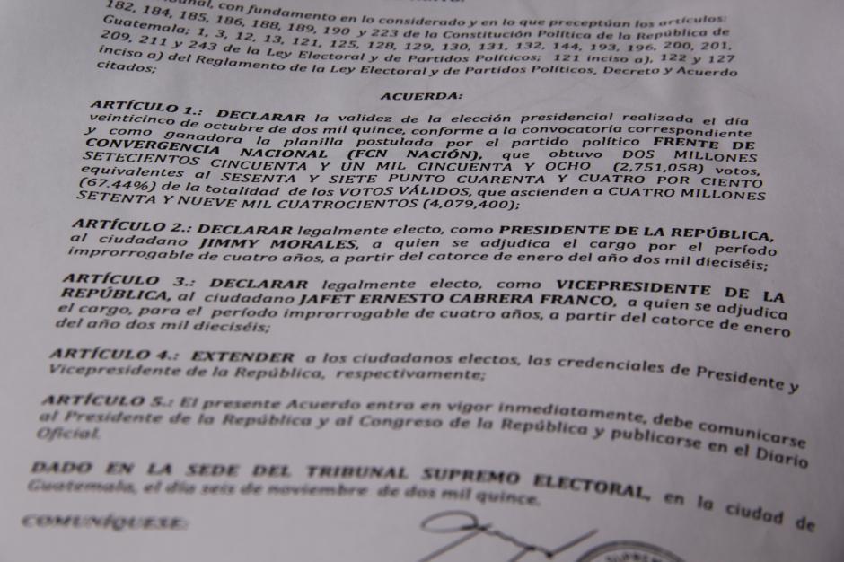 Esta es una parte del acuerdo del Tribunal Supremo Electoral que oficializa los resultados de la segunda vuelta. (Foto: Fredy Hernández/Soy502)