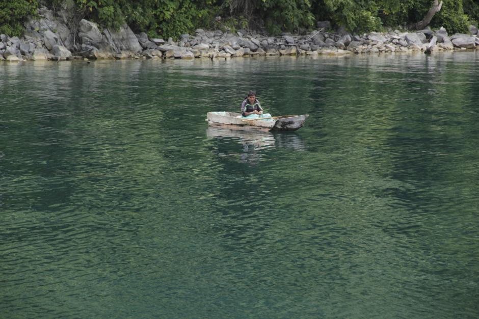 También se puede ver a los pescadores que están en sus labores diarias. (Foto: Fredy Hernández/Soy502)