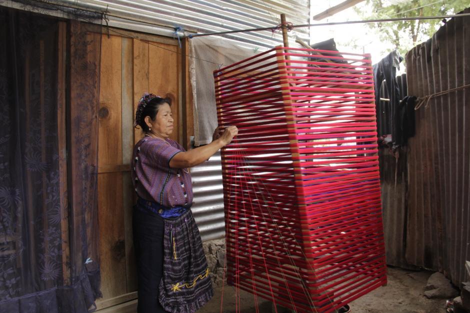 Las tejedoras muestran la forma de hacer sus creaciones. (Foto: Fredy Hernández/Soy502)