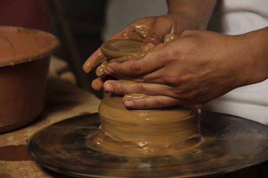 Los artesanos muestran la técnica que utilizan para la elaboración de utensilios. (Foto: Fredy Hernández/Soy502)