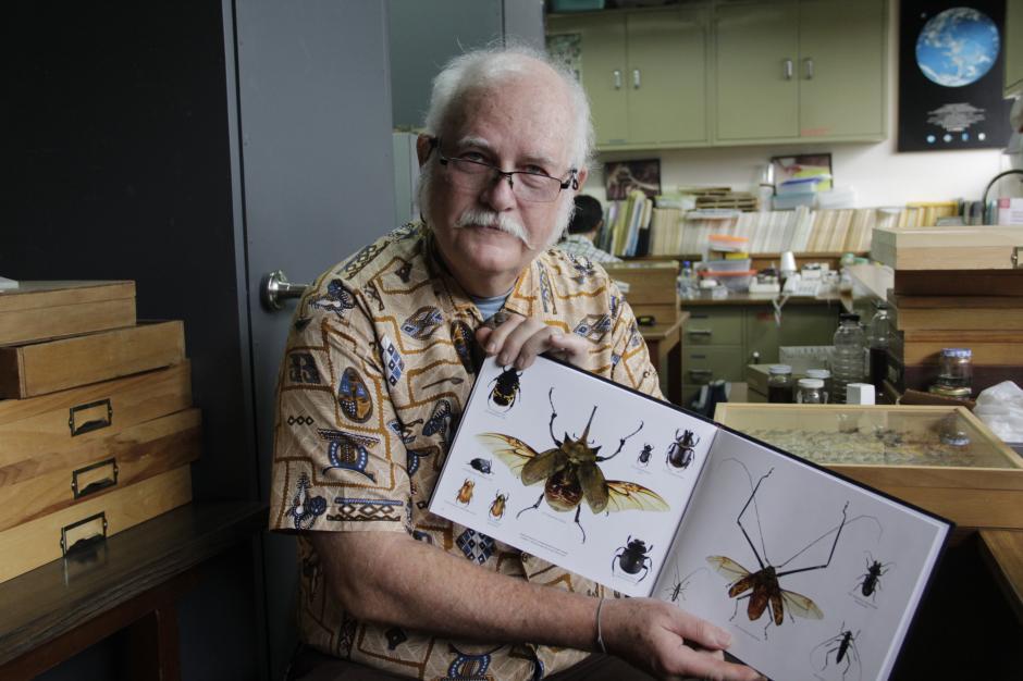 Un libro que muestra las distintas clases de insectos encontrados en El Mirador, Petén, demuestra el trabajo que realiza el doctor Schuster en los bosques locales. (Foto: Fredy Hernández/Soy502)