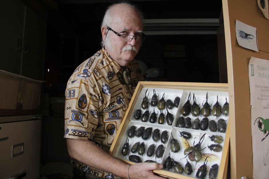 El doctor Jack Schuster muestra algunos de los insectos que han estudiado en la Universidad del Valle como parte del curso de biología. (Foto: Fredy Hernández/Soy502)