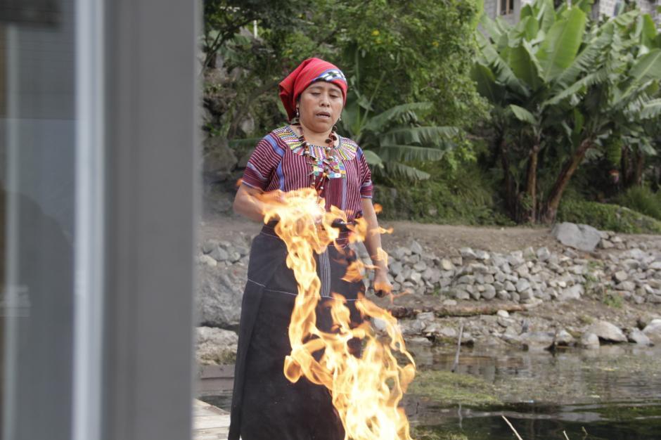 Una sacerdotiza maya da la bienvenida a los visitantes en San Juan La Laguna. (Foto: Fredy Hernández/Soy502)