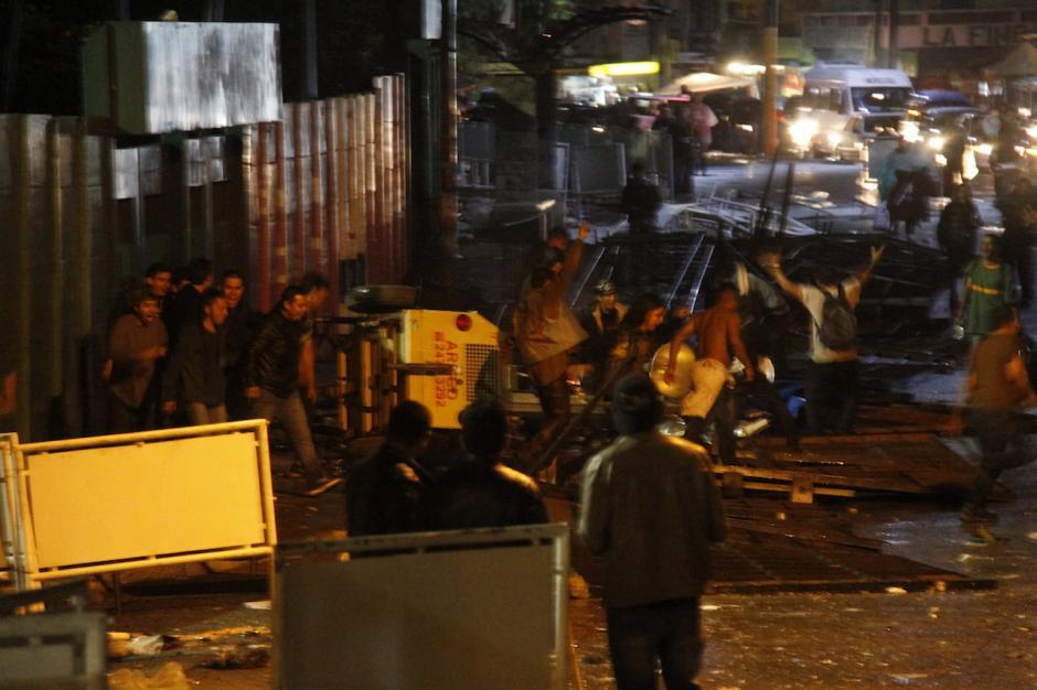 Debido a los incidentes, varias personas no pudieron ingresar con su boleto al concierto. (Foto: Carlos Duarte/Nuestro Diario)