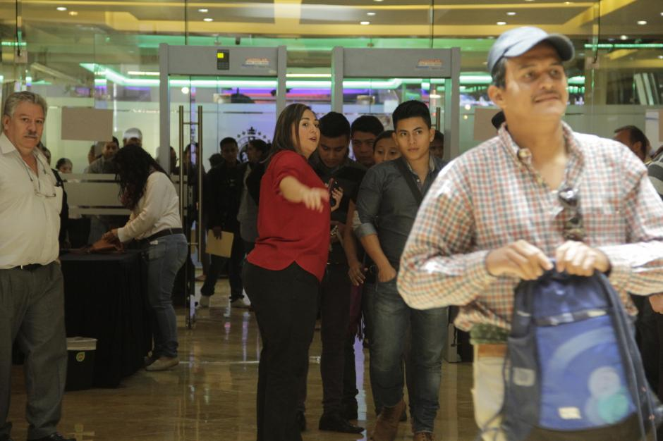 Jóvenes y adultos llegaron desde las seis de la mañana para ingresar al Festival. (Foto: Fredy Hernández/Soy502)