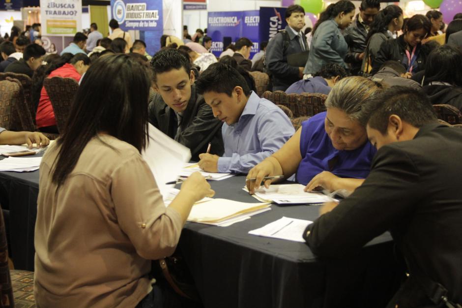 Personas de todas las edades esperan ser llamados en los próximos días tras el cierre del Festival del Empleo. (Foto: Fredy Hernández/Soy502)