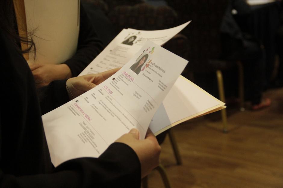 Las personas asisten con varias copias de su currículo para optar a un empleo. (Foto: Fredy Hernández/Soy502)