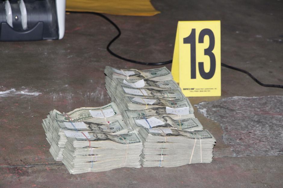Parte del dinero encontrado en el interior de un vehículo donde se capturó a cuatro hombres, entre ellos un asesor del Ministerio de Gobernación. (Foto: PNC)