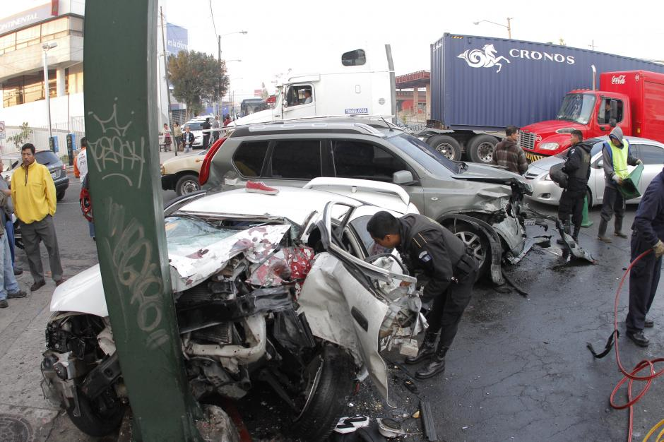 El mismo agente de la PNC, entra al vehículo accidentado para sacar las pertenencias que habia dentro. (Foto: René Ruano/Nuestro Diario)
