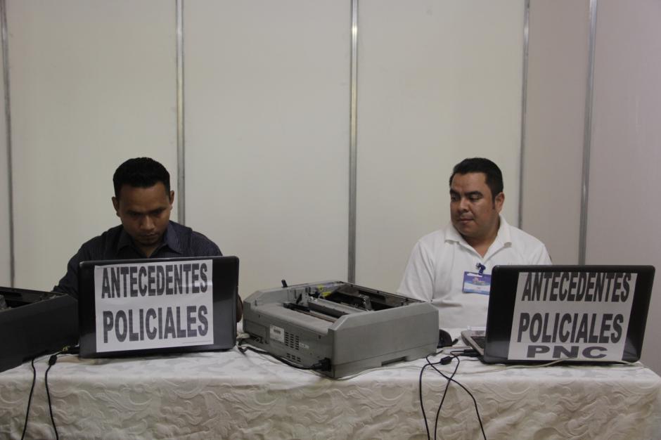 Si olvidaste algún trámite, hay una unidad móvil de emisión de antecedentes penales y policiacos en el lugar. (Foto: Fredy Hernández/Soy502)