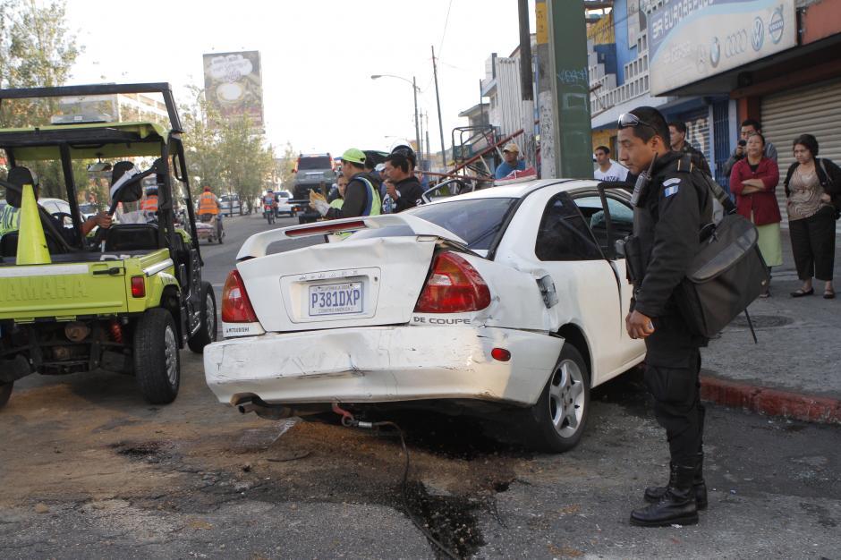 El PNC no se despega de las pertenencias encontradas en uno de los automóviles que sufrieron un accidente en la Avenida Petapa. (Foto: René Ruano/Nuestro Diario)