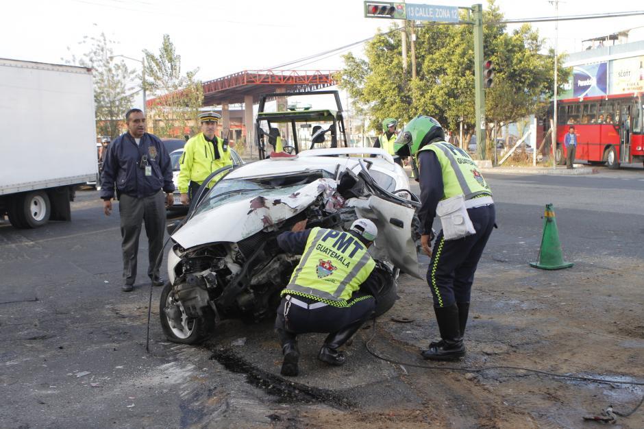 Agentes de la Policía Municipal de Tránsito inspeccionan los daños sufridos en uno de los vehículos. (Foto: René Ruano/Nuestro Diario)