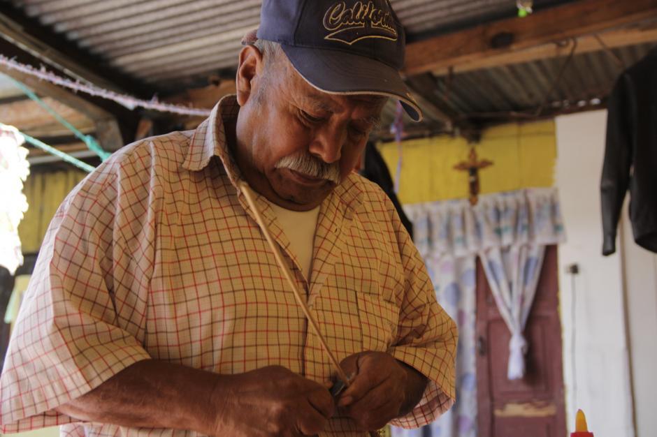 Lo primero que tienes que hacer es cortar las varitas a la medida indicada. (Foto: Fredy Hernández/Soy502)