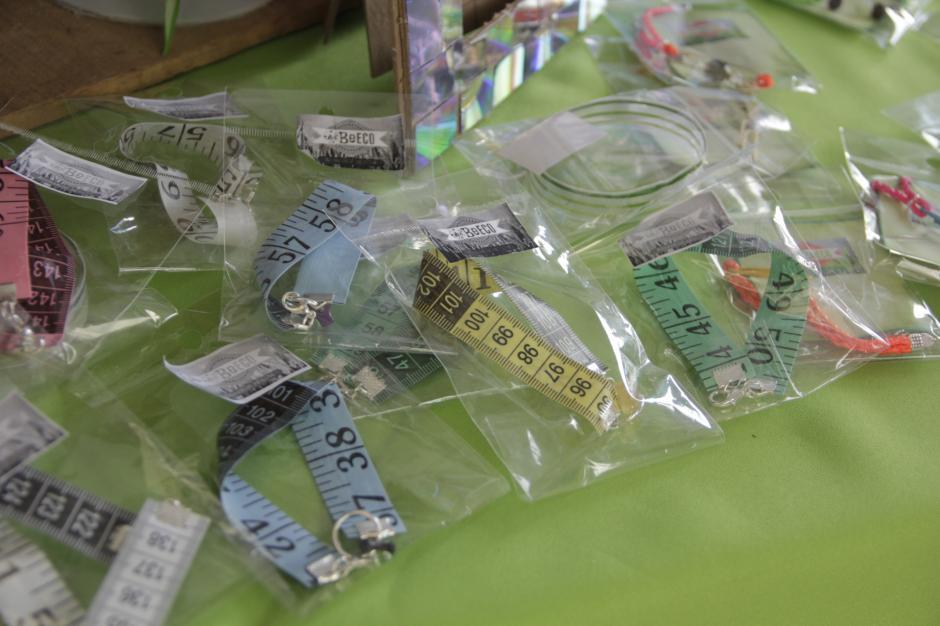Los productos creados con materiales reciclados atrajo la atención de muchas personas. (Foto: Fredy Hernández/Soy502)